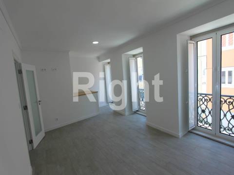 Apartamento T1 totalmente remodelado em Campolide.
