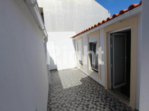 Apartamento T1 totalmente remodelado com terraço em Campolide