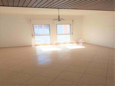 Apartamento T3 para remodelar em Carnide