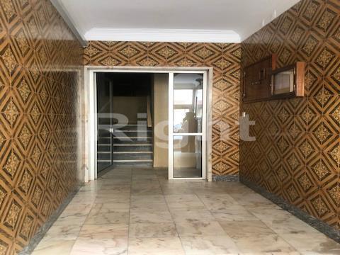 Apartamento T2 com 80m2 e arrecadação na Amadora