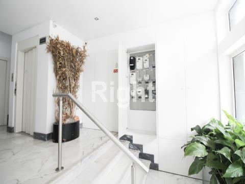 Apartamento T4 totalmente remodelado junto ao Saldanha