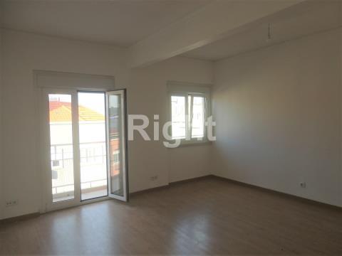 """Apartamento T2 junto ao """"Jardim da Parada"""" em Campo de Ourique"""