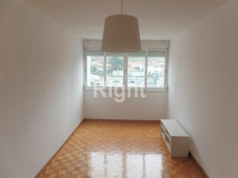 Apartamento T2 cozinha equipada, porta do metro Alfornelos