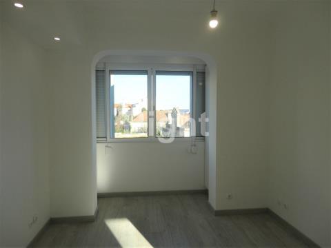 Apartamento T2 remodelado a 5min da estação de comboios da Amadora