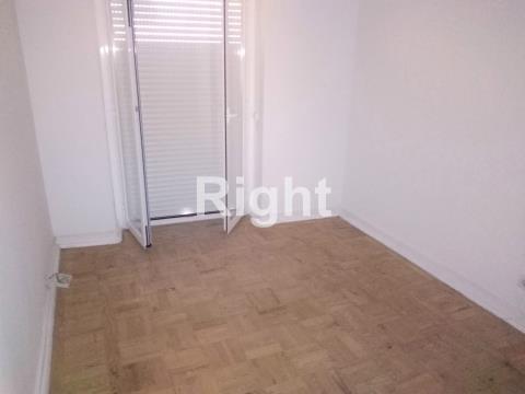 Apartamento T4 remodelado em Benfica