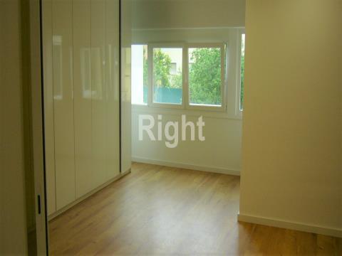 Apartamento T3 totalmente remodelado em São Domingos de Benfica