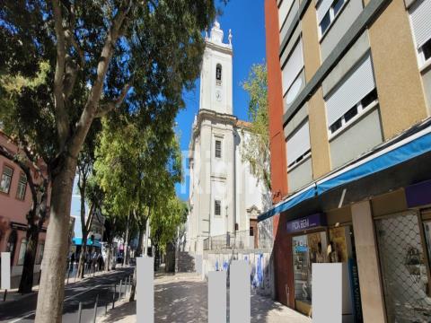 Apartamento T2 em fase de remodelação total em Benfica