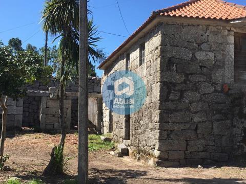 Moradia em pedra para restauro em Serzedelo, Póvoa de Lanhoso.