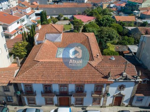 Maravillosa casa señorial, compuesta por 20 divisiones, situada en el centro de Póvoa de Varzim.
