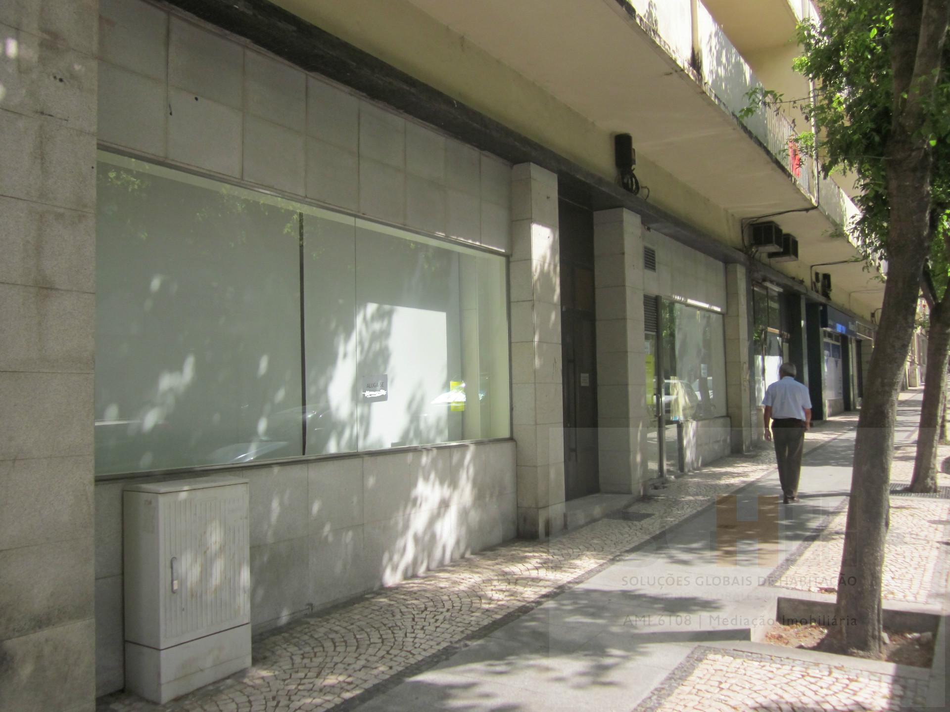 Arrenda loja Av 1 de Maio Castelo Branco 250m2