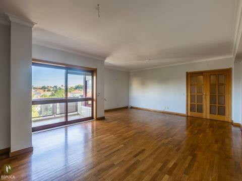Apartamento T4 entre a Marechal Gomes da Costa e a Av. da Boavista.