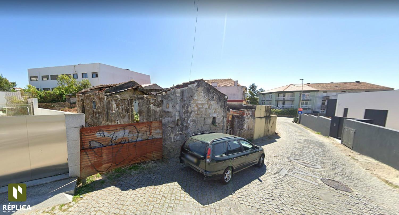 Terreno de duas frentes a 500 metros do Hospital de São João