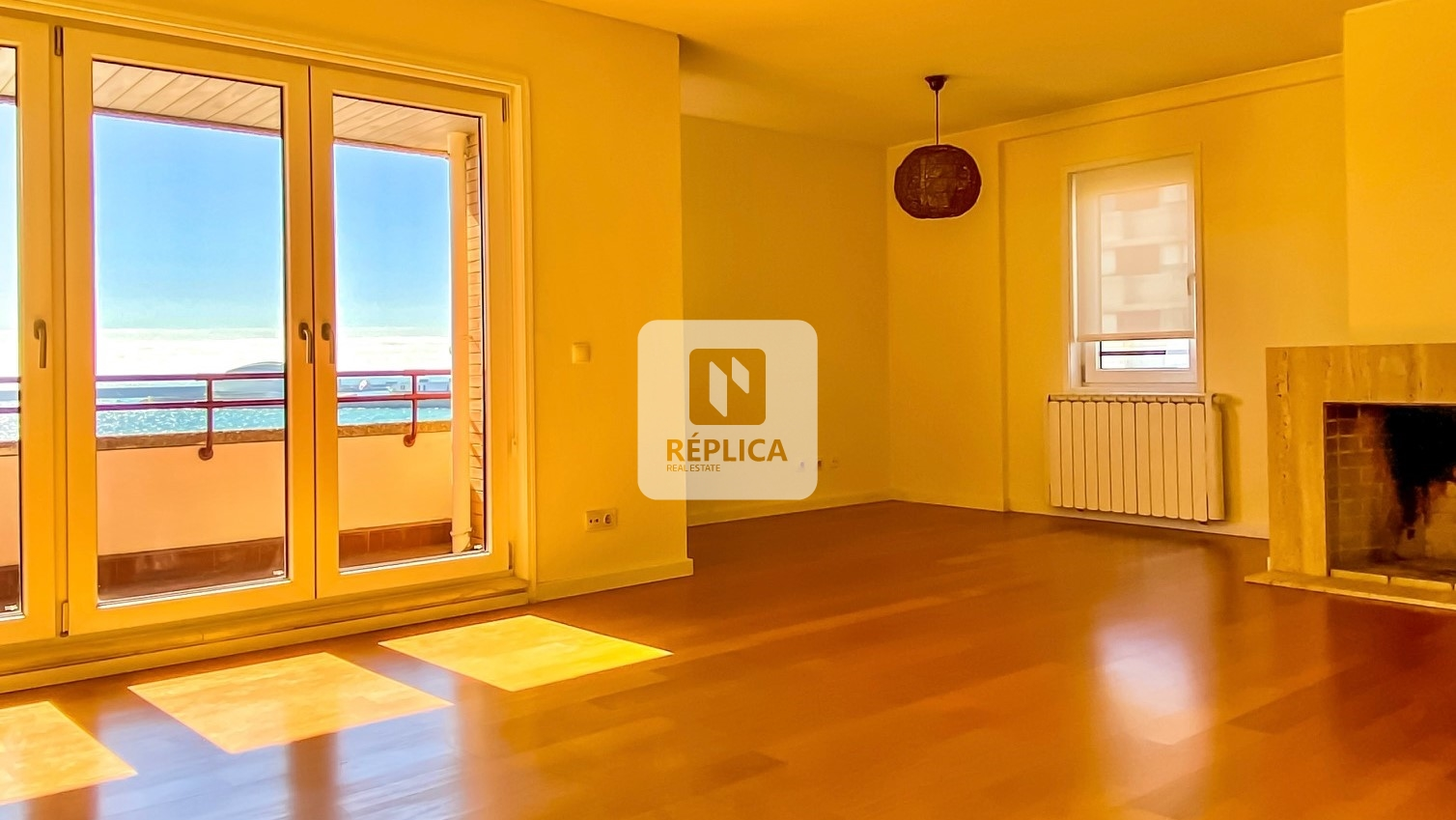 T4 located on the 1st line of the sea - direct views of Matosinhos beach