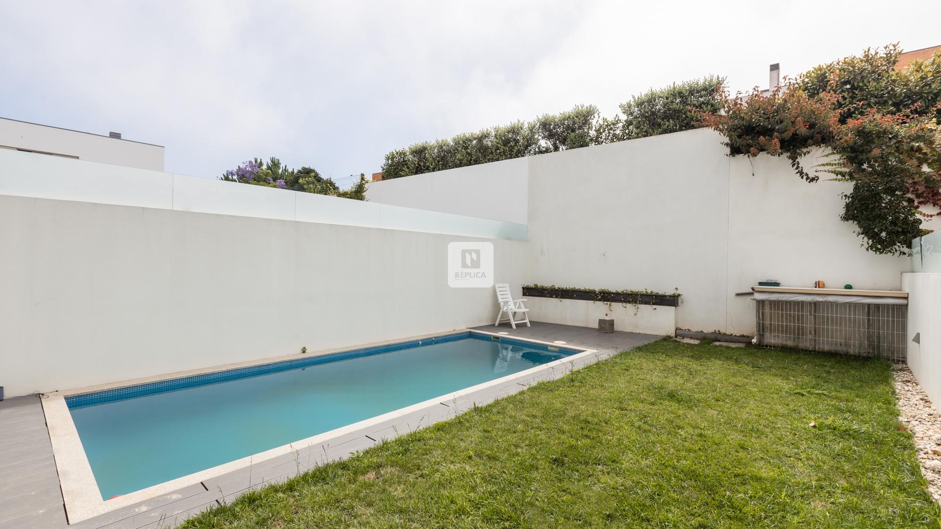 Moradia T5 com jardim e piscina ao Parque da Cidade