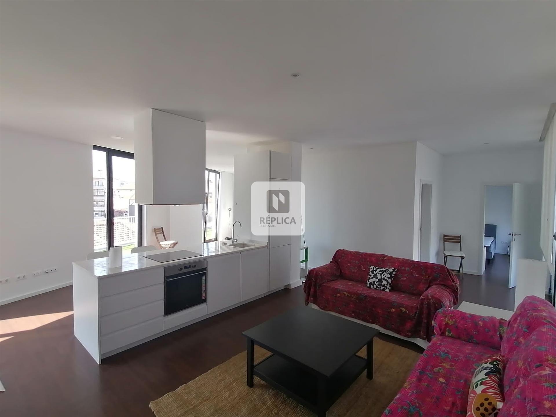 Apartamento T2 com Varanda Equipado e Mobilado ao Bonjardim - Exclusivo Réplica
