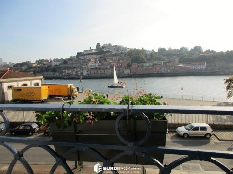Prédio de frente para o Rio Douro
