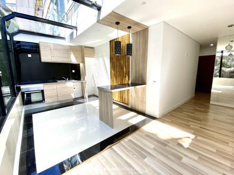 Apartamento T3 remodelado na Rua do Bonfim