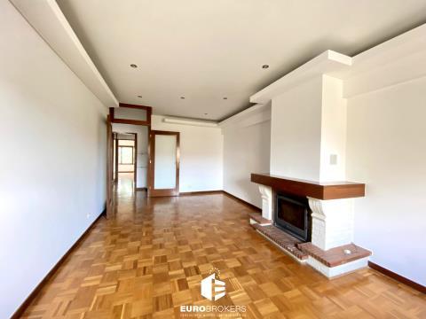 Apartamento T2 para arrendar em Canidelo com varanda e garagem