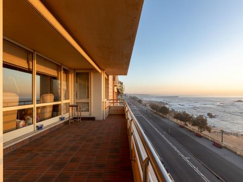 Exclusivo apartamento T4 na Av. Brasil com vistas inalteráveis de mar