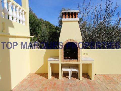 Moradia T3 com bons acessos, piscina, jardim e vista panorâmica sobre o mar