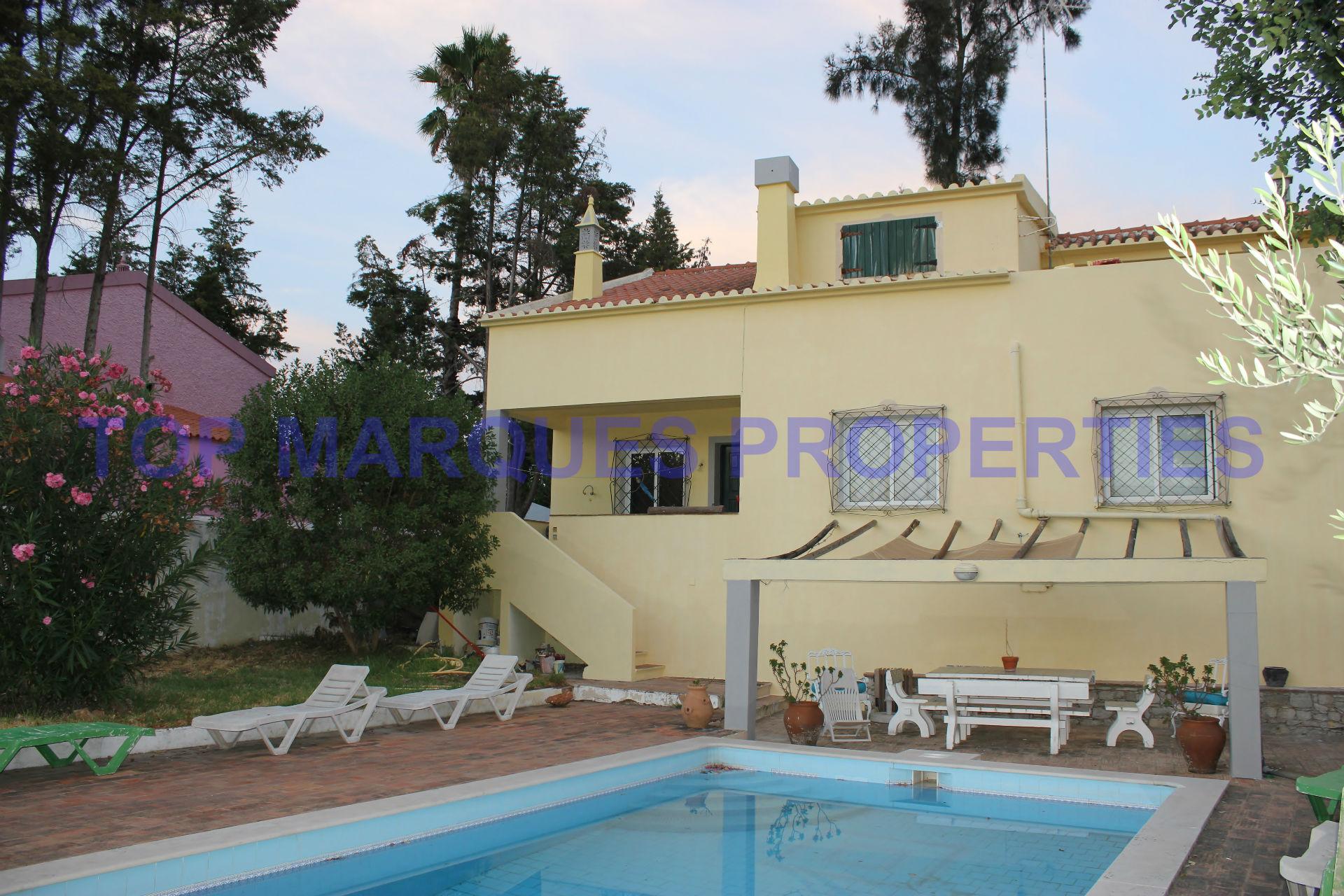 Moradia de 2 pisos situada junto ao centro de S. Brás de Alportel com piscina e jardim