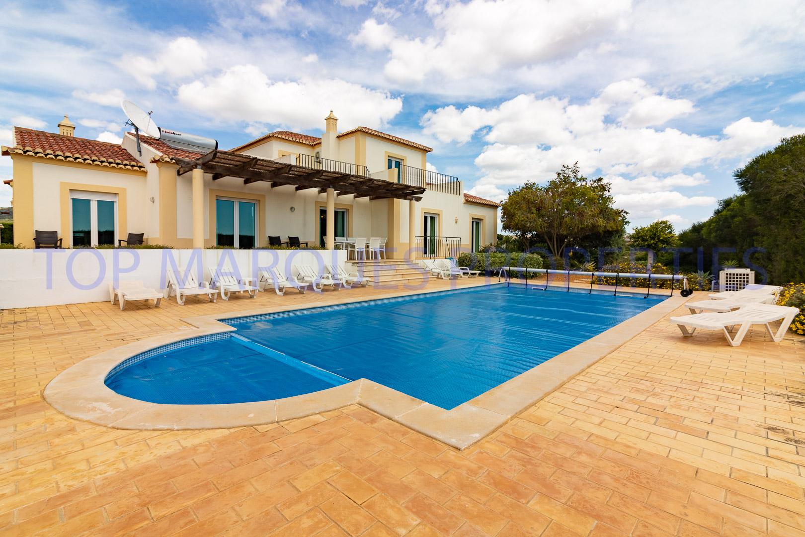 Moradia espaçosa com 3 pisos, jardim, piscina e terraços com vista mar