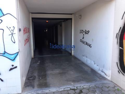 Vende garagem em Celas, com 57m2 de área bruta privada, bons acessos