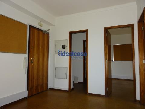 Arrenda escritório com três salas, na Av. Fernão Magalhães
