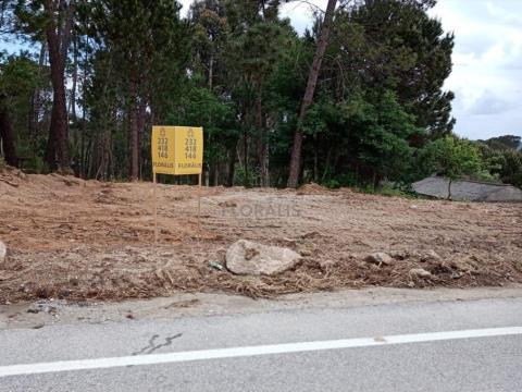 Lote de terreno, inserido em zona residencial.