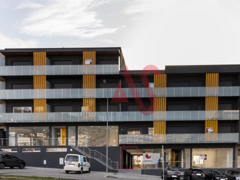 Loja para arrendamento com 100.31 m2 destinada a comércio e serviços.