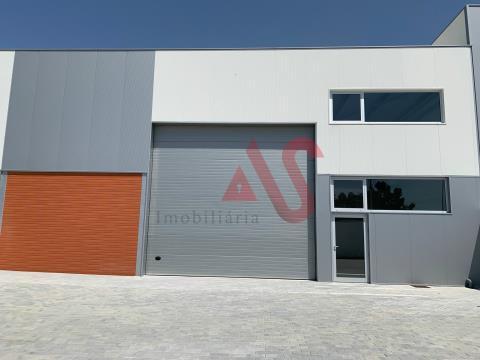 Armazém industrial novo com 495m2 em Serzedelo, Guimarães.