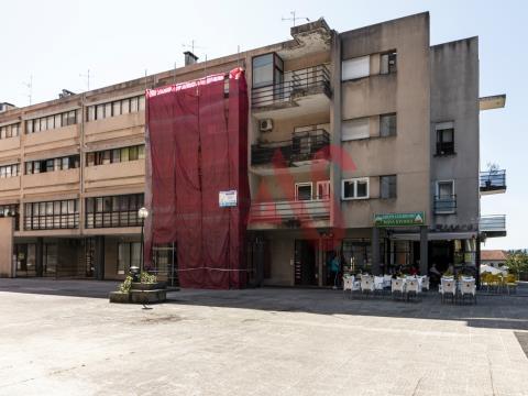 Loja com 57,20 m2, inserida em edifício de habitação, comércio e serviços.