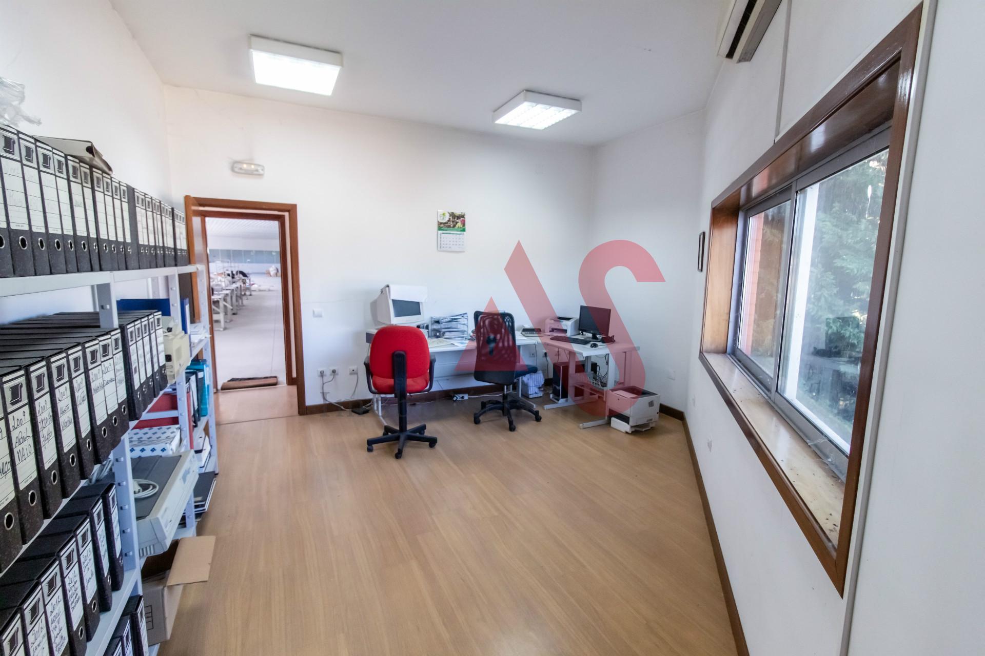 Armazém com 1242 m2 em Ronfe, Guimarães.