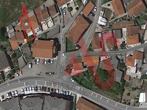 Moradia em banda T2 para restaurar em Moreira de Cónegos, Guimarães