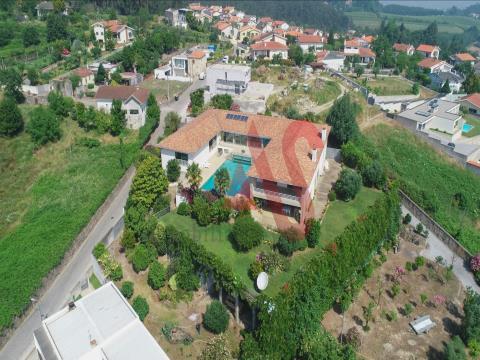 Fantástica moradia T8 com piscina interior e exterior em Gondizalves, Braga