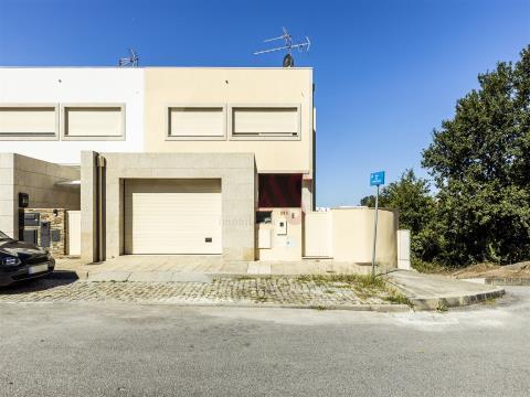 Casa T3 de gaveto en Infias, Vizela