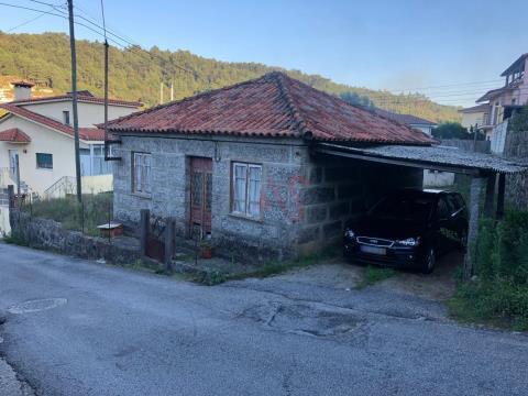 Moradia T2 para restauro em Nespereira, Guimarães