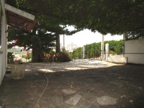 Moradia térrea com terreno de 1068 m² e árvores de fruto perto de Torres Vedras