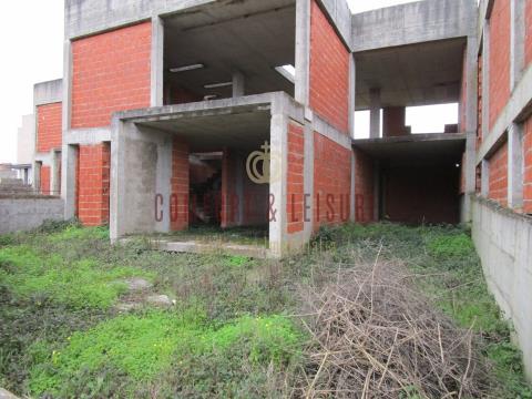 Moradia em fase de construção com 4 quartos e 4 WC com áreas amplas