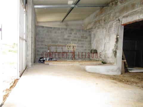 Armazém com 225 m2 perto da Freiria