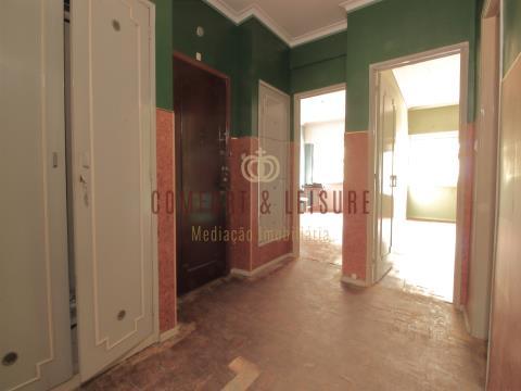 Apartamento T2 em Benfica para remodelar ou  já remodelado!