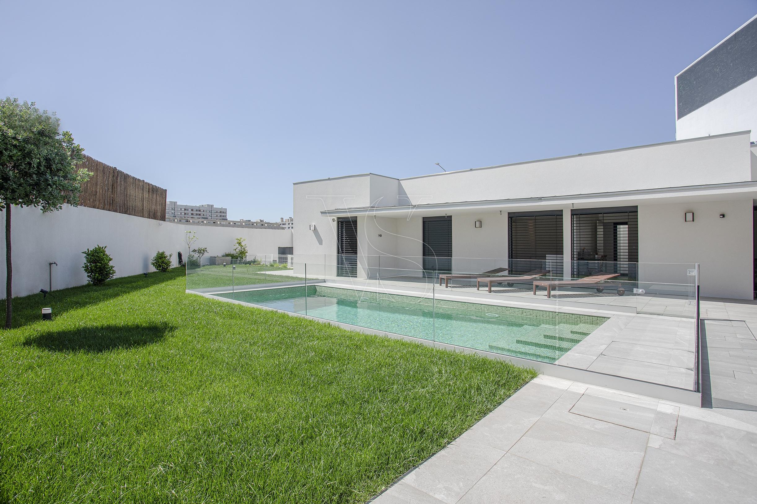 Moradia V6 Térrea, com Piscina, Jardim com 150 m2, + T2 - Matosinhos Sul
