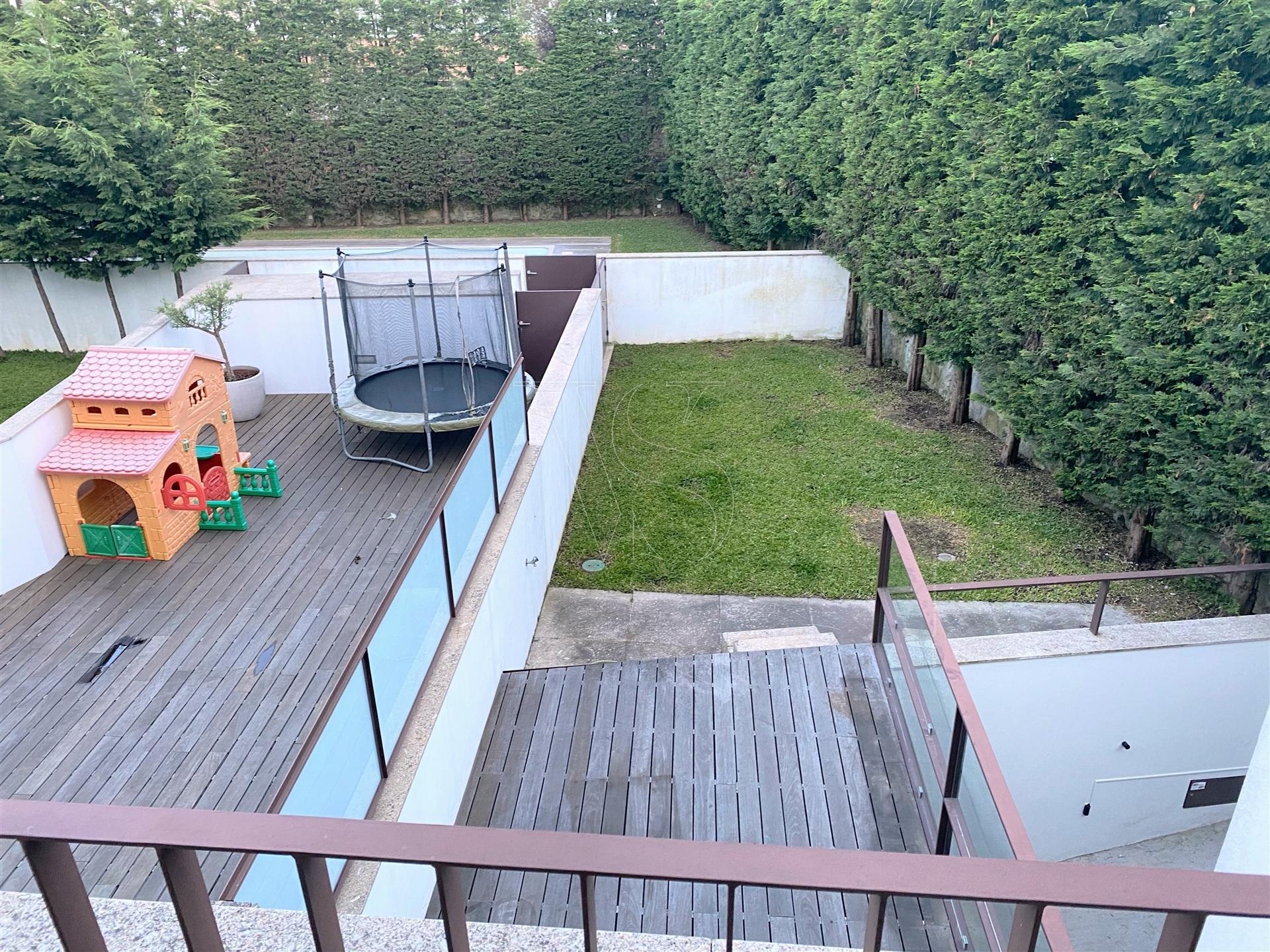 Moradia T3+1, 3 frentes  com jardim, para arrendar, em Matosinhos