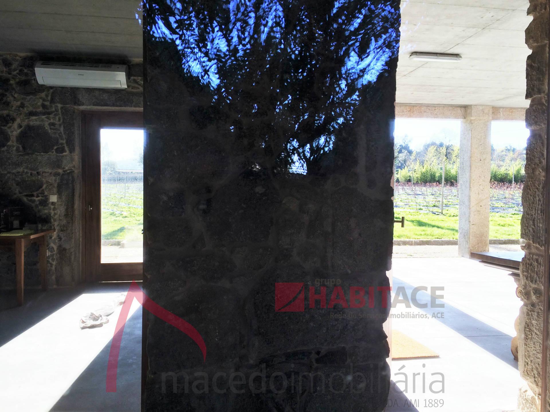 Moradia em pedra com piscina em Semelhe, Braga. Arquitetura moderna.