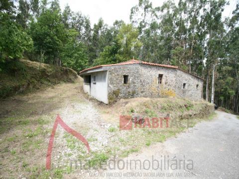 Moradia rústica para restauro com terreno 950m2 em Vila Verde!