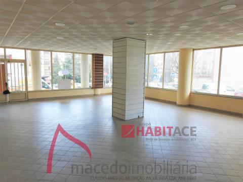 Loja para arrendamento com 104m2 em S. Vicente (Fontaínhas)