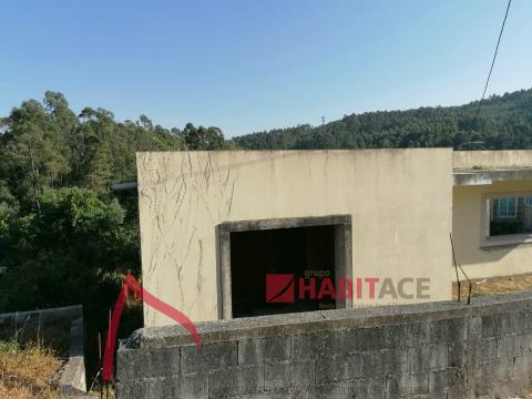 Moradia em estrutura, localizada em Espinho com vistas para o Sameiro.