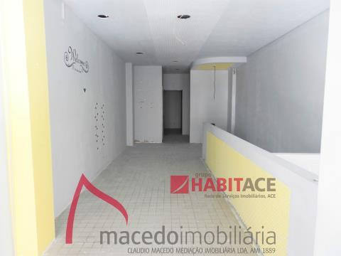 Loja para arrendamento com 50m2 - Zona da Universidade
