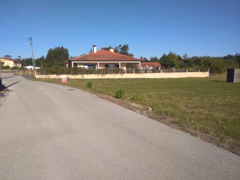 Terreno com a área de 1980 m2, inserido em zona tranquila do Coimbrão, com habitações/moradias ; sit