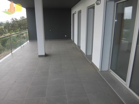 T4 novo com terraço privativo e garagem